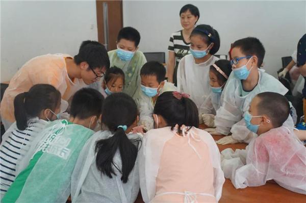 """老师说:""""实验动物们对于生理学和医学研究做出了巨大的贡献,用它们"""